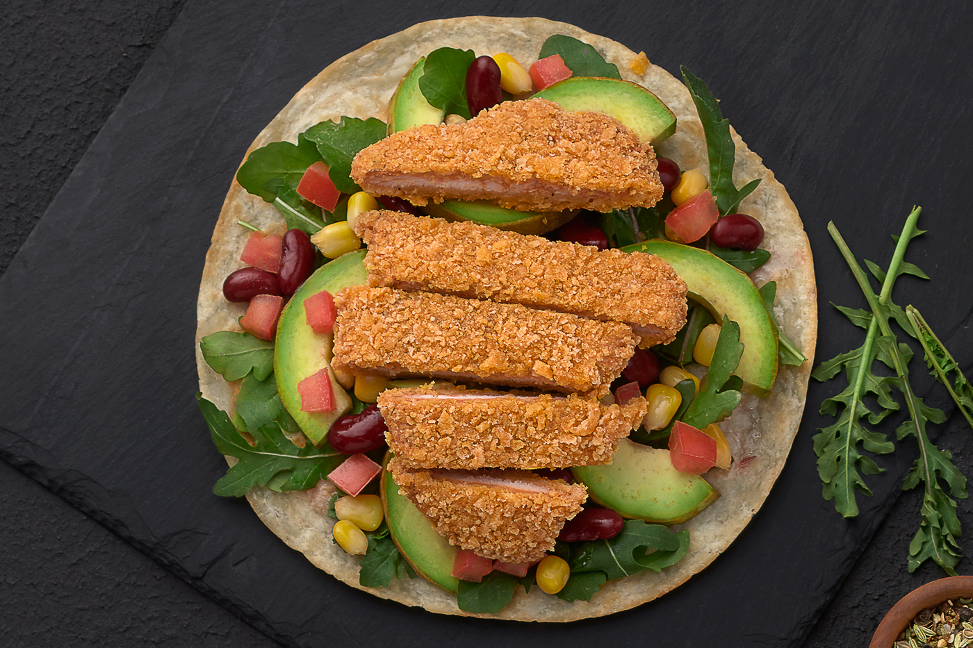 Chicken, Avocado, Red Beans, tomatoes، Rocca